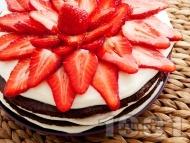 Tорта с какаови блатове, бял крем от маскарпоне, сметана и кондензирано мляко и украса от пресни ягоди